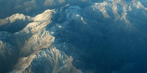 Avion survolant les montagnes de l'Himalaya